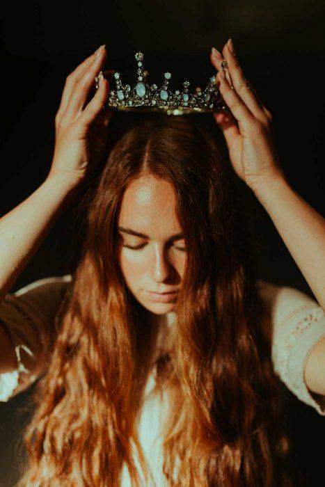 Lâche tes bourrelets et mets ta couronne.