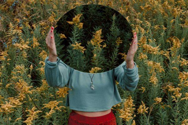 Femme qui tient un miroir